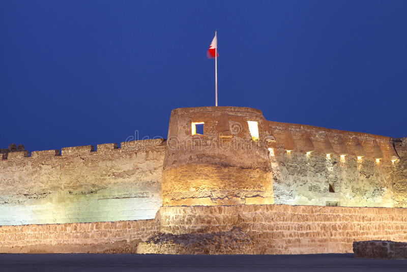 Nahaufnahme des südlichen Turms von Arad Fort während der blauen Stunden stockfoto