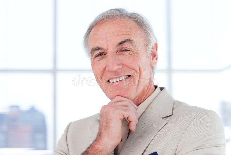 Nahaufnahme des s-lächelnden älteren Geschäftsmannes lizenzfreie stockbilder
