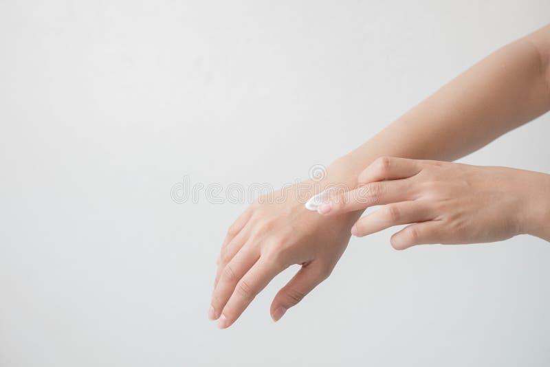 Nahaufnahme des schönen weiblichen des Handhändchenhaltens und -c$anwendens einer Feuchtigkeitscreme Die Hand der Schönheitsfrau, stockfotos