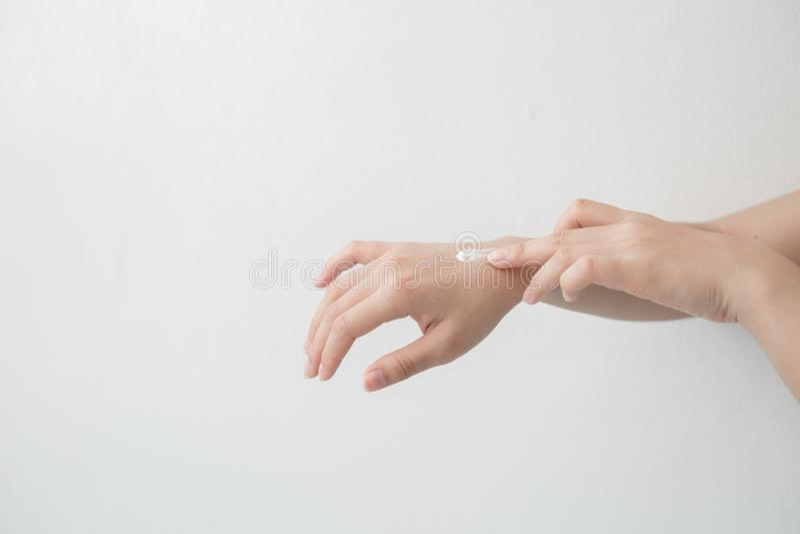 Nahaufnahme des schönen weiblichen des Handhändchenhaltens und -c$anwendens einer Feuchtigkeitscreme Die Hand der Schönheitsfrau, stockfoto