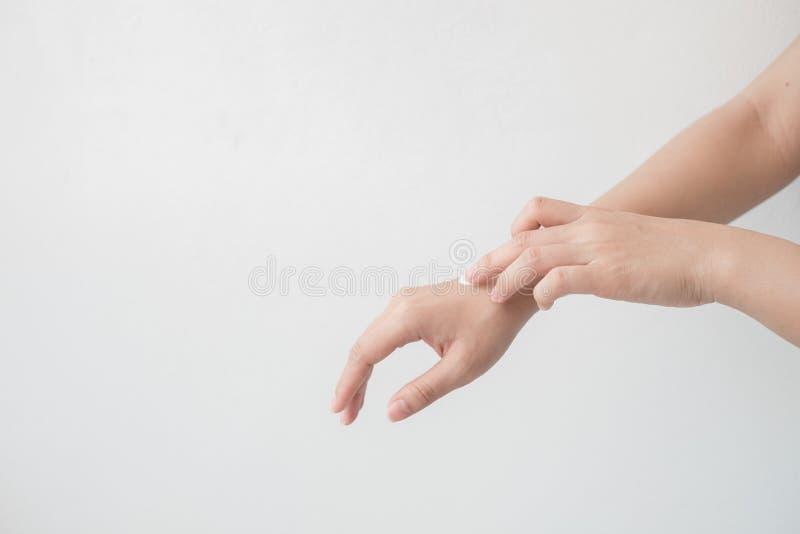 Nahaufnahme des schönen weiblichen des Handhändchenhaltens und -c$anwendens einer Feuchtigkeitscreme Die Hand der Schönheitsfrau, lizenzfreie stockbilder