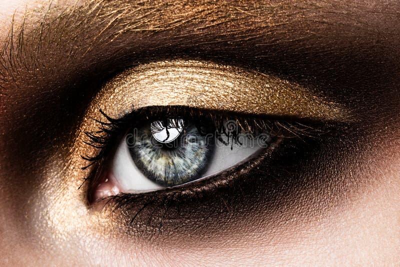 Nahaufnahme des schönen womanish Auges stockbild