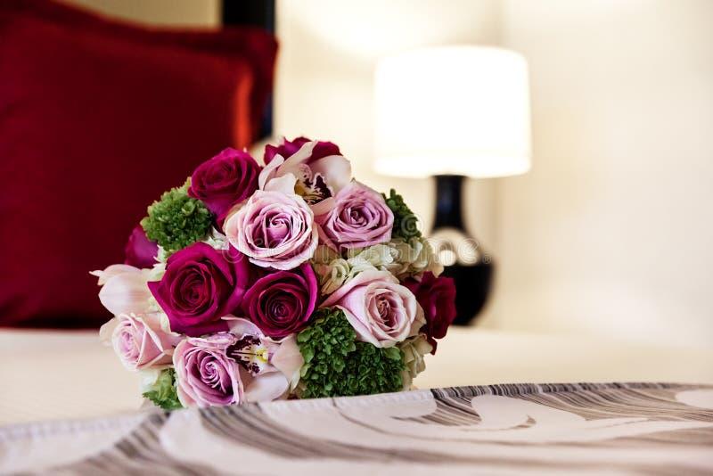 Nahaufnahme des sch?nen zarten Heiratsblumenstrau?es der Rosen auf dem Bett lizenzfreie stockfotografie