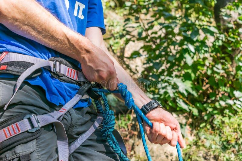 Nahaufnahme des Schenkelbergsteigers mit Ausrüstung auf Gurt, Stände nahe Felsen stockbilder