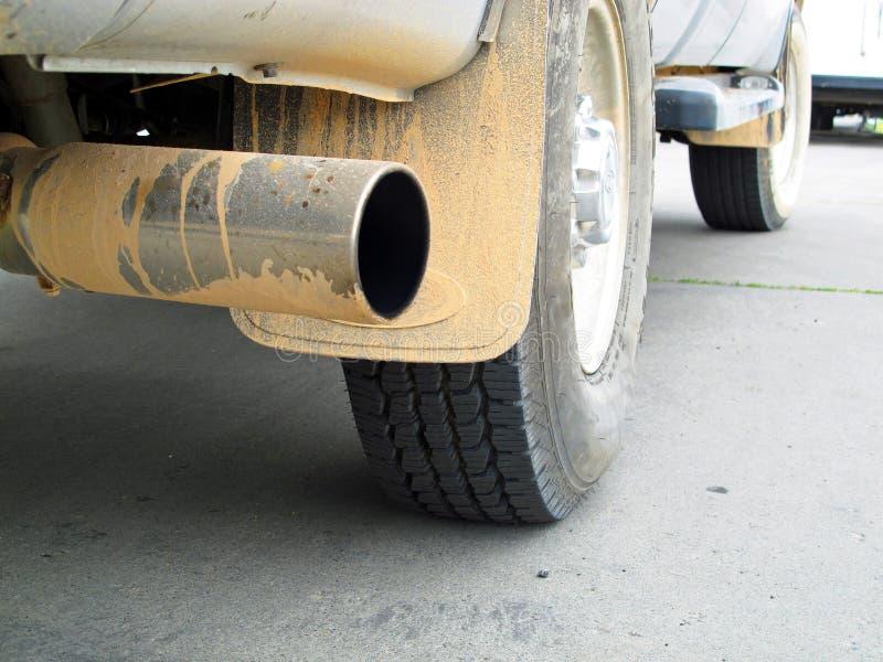 Nahaufnahme des schmutzigen Kleintransporters nachdem dem Spielen im roten Schlamm stockfotos