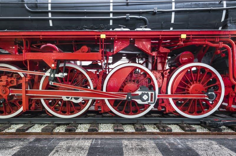 Nahaufnahme des schwarzen Erbdampfzugs auf Eisenbahnlinien mit roten Rädern und Getriebemaschine lizenzfreie stockfotografie