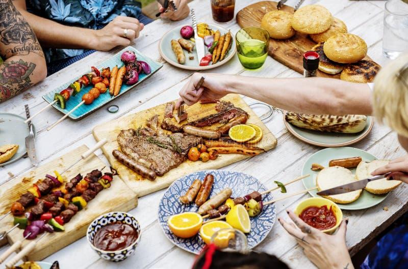 Nahaufnahme des selbst gemachten gegrillten Lebensmittels auf Holztischsommerfest stockfoto
