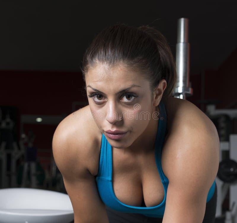Nahaufnahme des sportlichen Mädchens in der Turnhalle lizenzfreies stockfoto