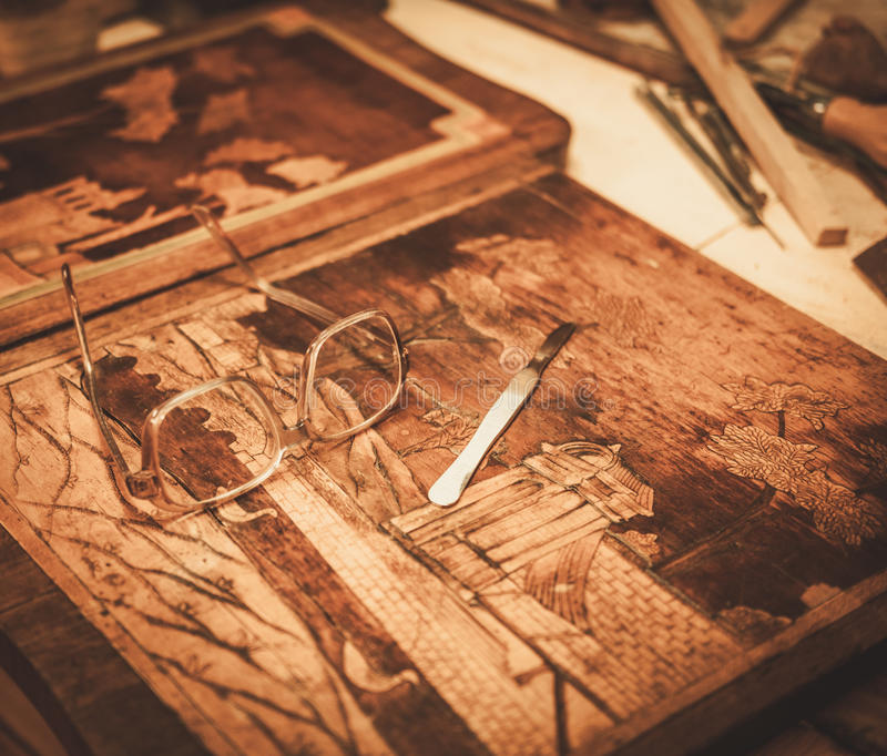 Nahaufnahme des Stärkungsmittel Worktable in seiner Werkstatt lizenzfreie stockbilder