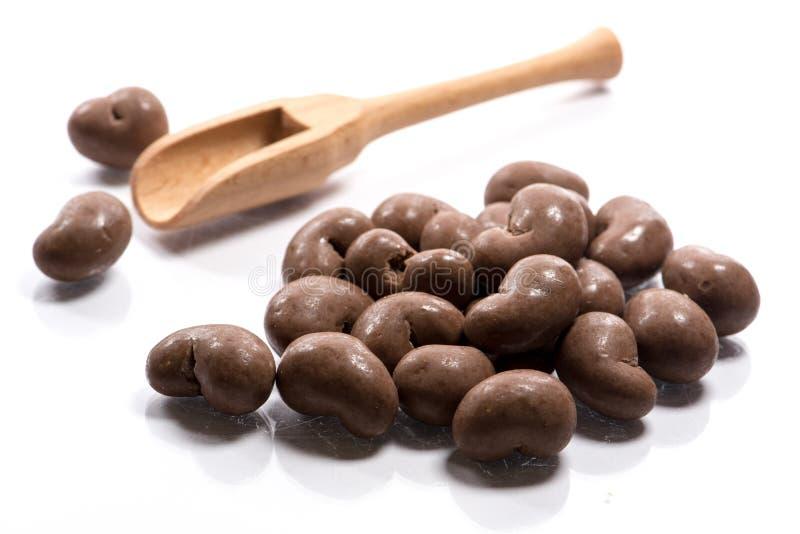 Nahaufnahme des Stapels trocknete, roh, Schokoladenacajoubaum in einem hölzernen Löffel lizenzfreie stockfotos