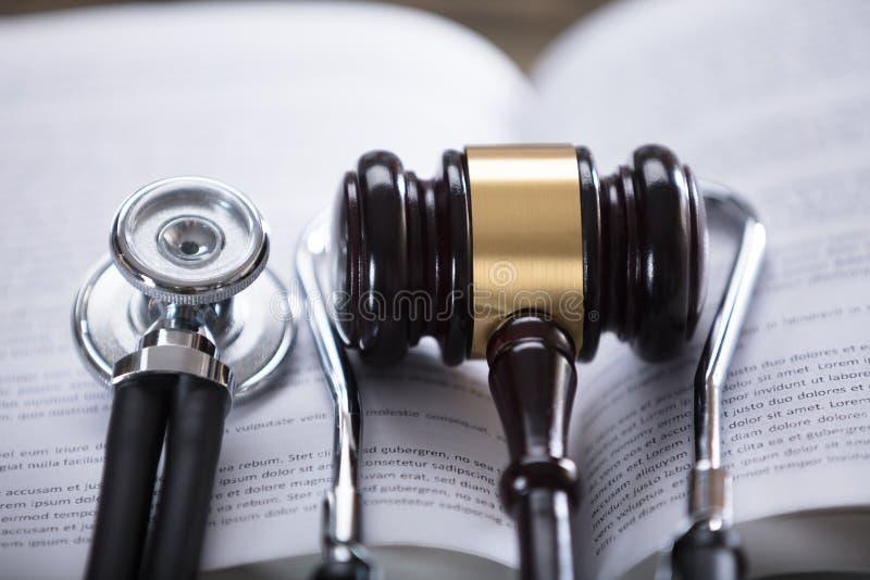 Nahaufnahme des Stethoskops und des Hammers lizenzfreie stockbilder