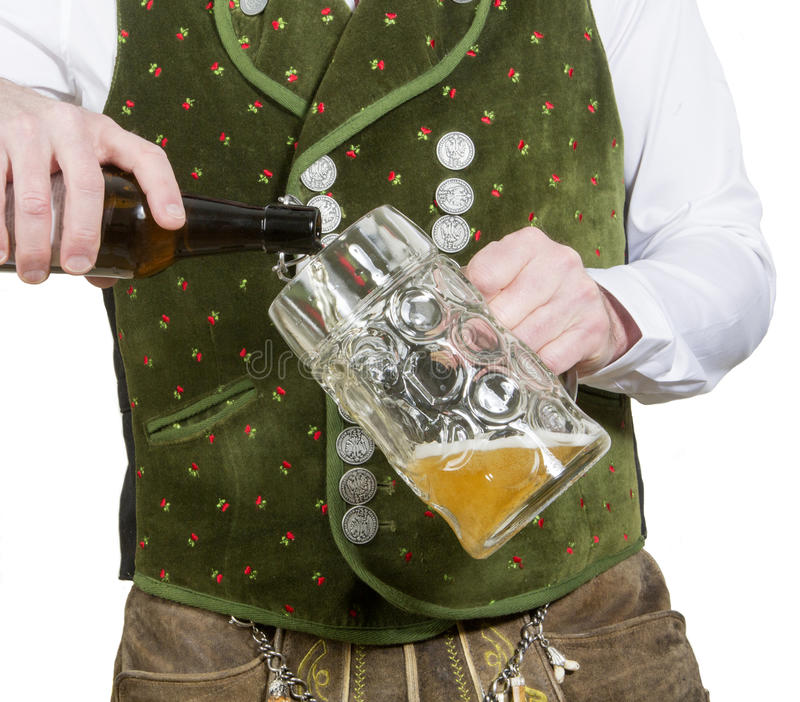 Nahaufnahme des strömenden Bieres des bayerischen Mannes im Glas lizenzfreies stockfoto