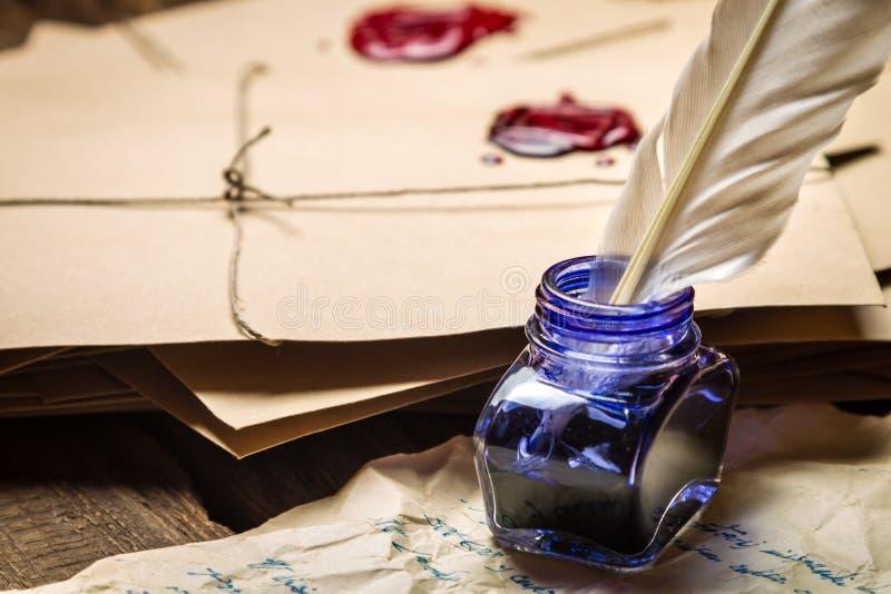 Nahaufnahme des Tintenfasses mit blauer Tinte auf dem Hintergrund von Weinlese L lizenzfreies stockbild
