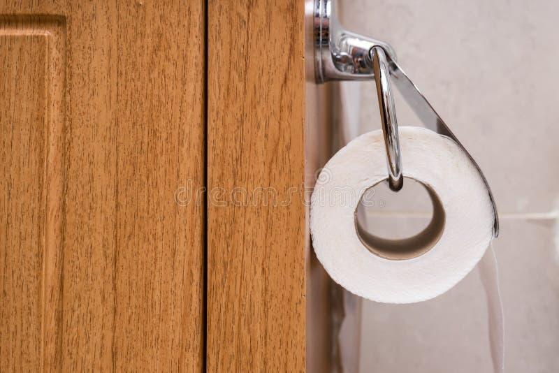 Nahaufnahme des Toilettenpapiers einer Person lizenzfreies stockfoto