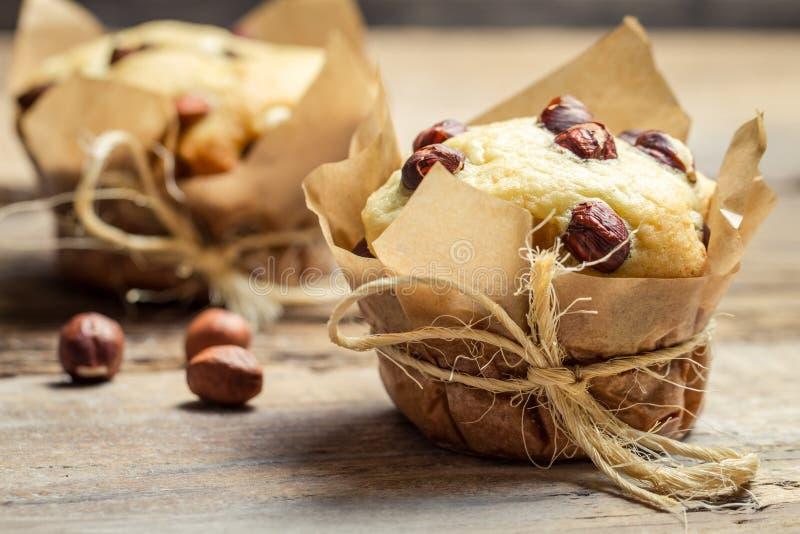 Nahaufnahme des Vanillemuffins mit Nüssen stockfotografie