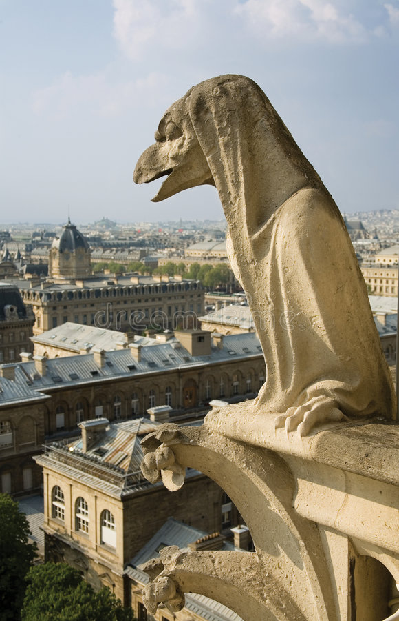 Nahaufnahme des Wasserspeiers auf dem Notre-Dame de Paris stockfotografie