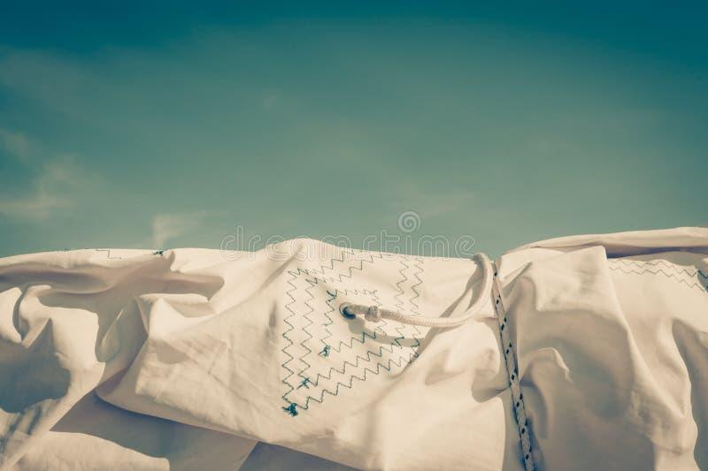 Nahaufnahme des weißen Gewebes der Segel auf Hintergrund des blauen Himmels lizenzfreies stockfoto