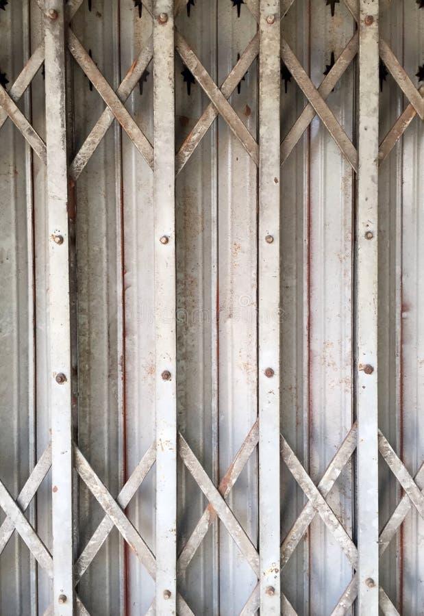 Nahaufnahme die Stahltürausdehnungs- oder -rostfaltenstahltür lizenzfreie stockbilder