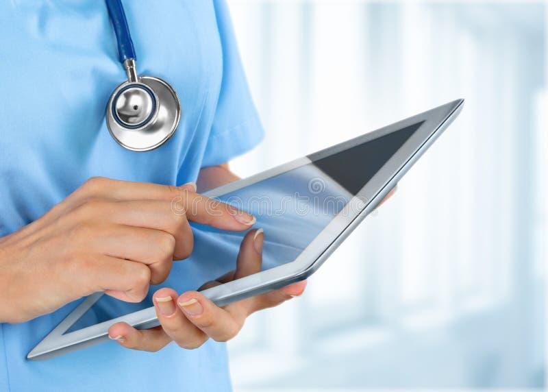 Nahaufnahme-Doktor am Krankenhaus, das mit Tabletten-PC arbeitet lizenzfreie stockfotos