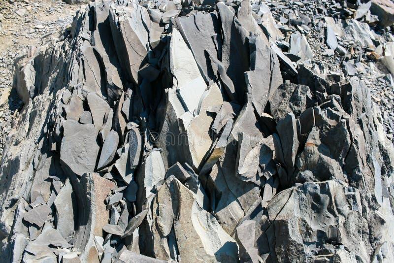 Nahaufnahme ein großes splitted in Stückchen überlagerte Steinblock des Gebirgsschiefers lizenzfreies stockbild
