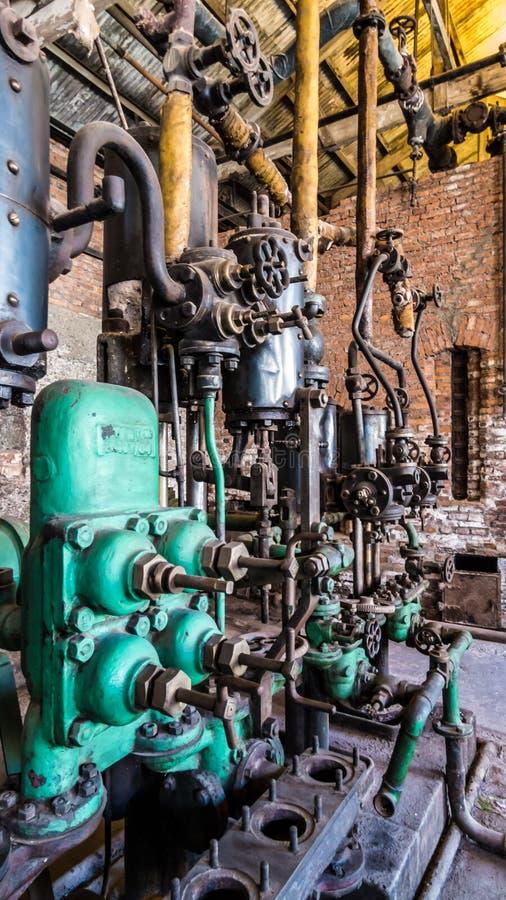 Nahaufnahme einer alten industriellen Maschine mit Rohren mit Los Ventilen stockbild