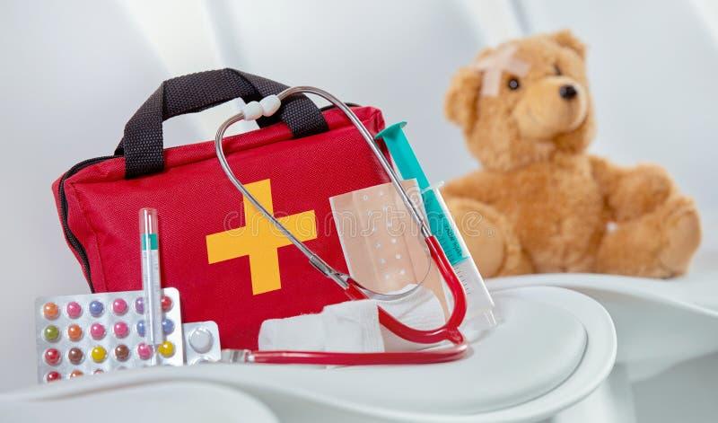 Nahaufnahme einer Ausrüstung der ersten Hilfe nahe bei einem Stethoskop stockfotografie
