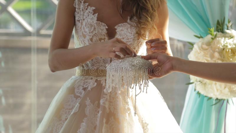 Nahaufnahme einer Braut, die einen Goldehering auf den Bräutigam ` s Finger setzt Eheringe und Hände der Braut und des Bräutigams lizenzfreie stockbilder