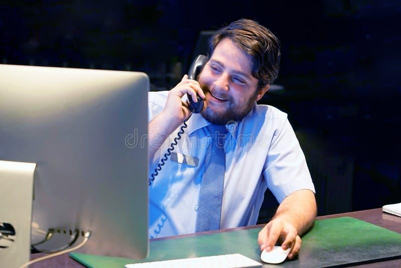Nahaufnahme einer Call-Center-Arbeitskraft stockbilder