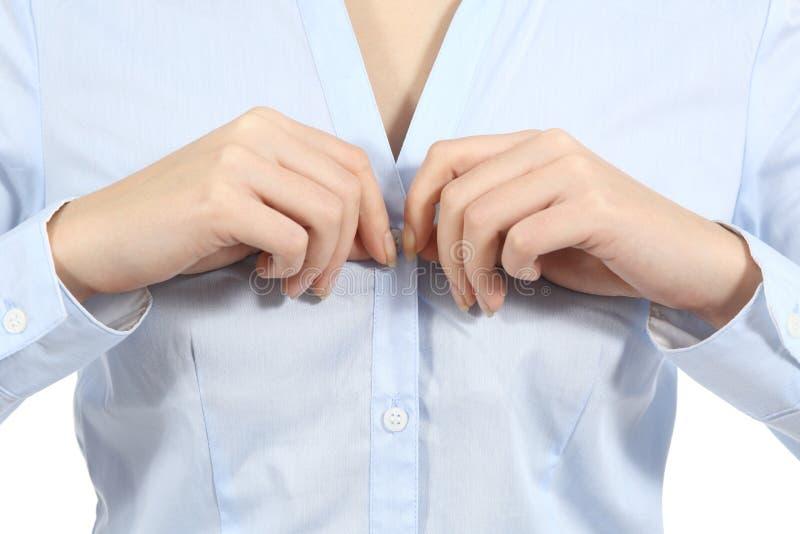 Nahaufnahme einer Frau übergibt das Aufknöpfen eines Hemdes stockfotos