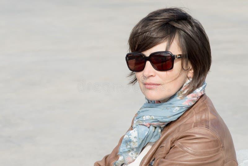 Nahaufnahme einer Frau in der Sonnenbrille lizenzfreies stockbild