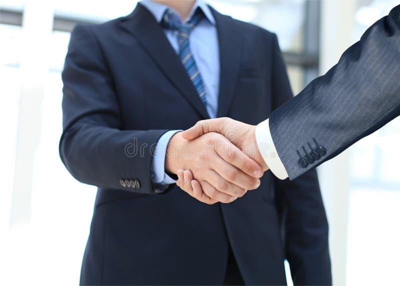 Nahaufnahme einer Geschäftshanderschütterung stockbild