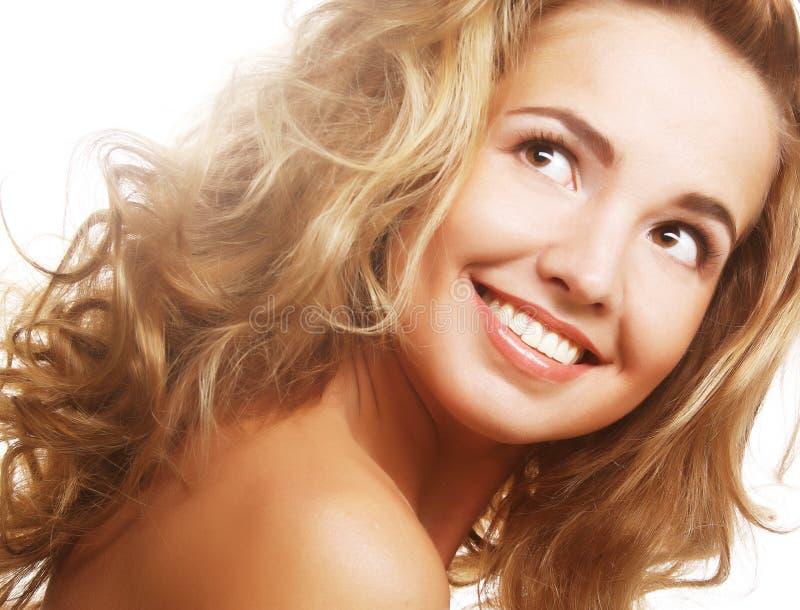 Nahaufnahme einer glücklichen jungen Frau, die oben schaut stockfotografie