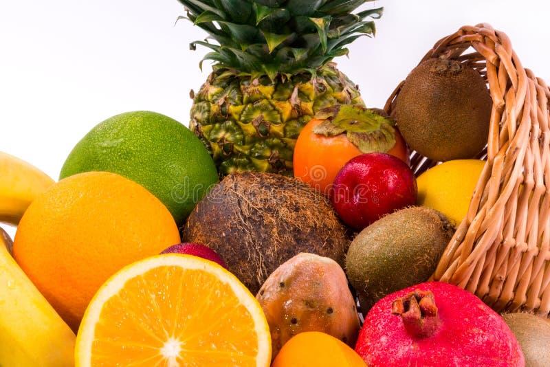 Nahaufnahme einer Gruppe exotischer Früchte auf einem weißen Hintergrund stockfoto