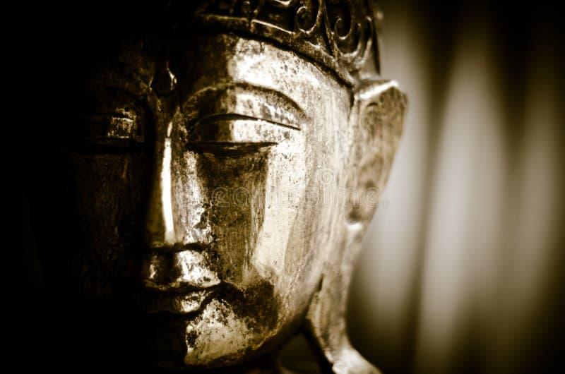 Nahaufnahme einer hölzernen Buddha-Zahl lizenzfreie stockbilder