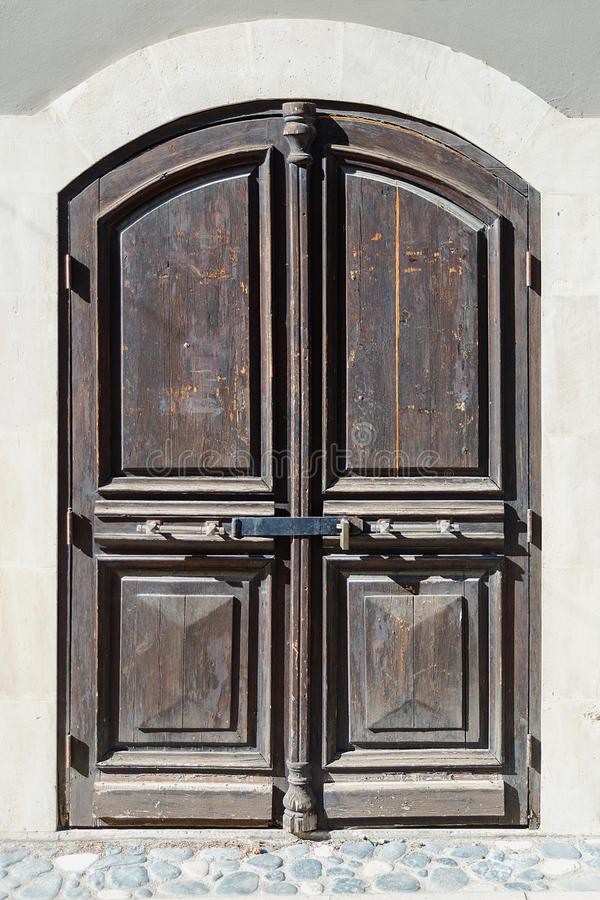 Nahaufnahme einer Holztür auf einer der Straßen der Zypern-Stadt von Limassol stockfotos