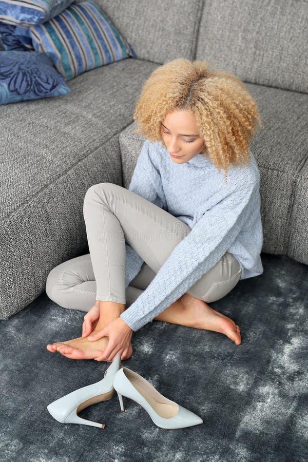 Nahaufnahme einer jungen Frau, die Badekur erhält Schmerzende Füße lizenzfreie stockfotografie