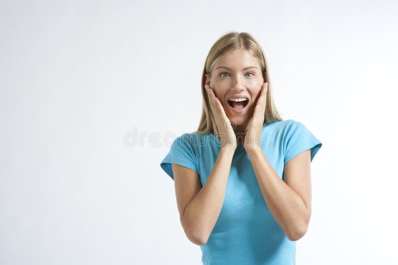Nahaufnahme einer jungen Frau, die erregt schaut stockfoto