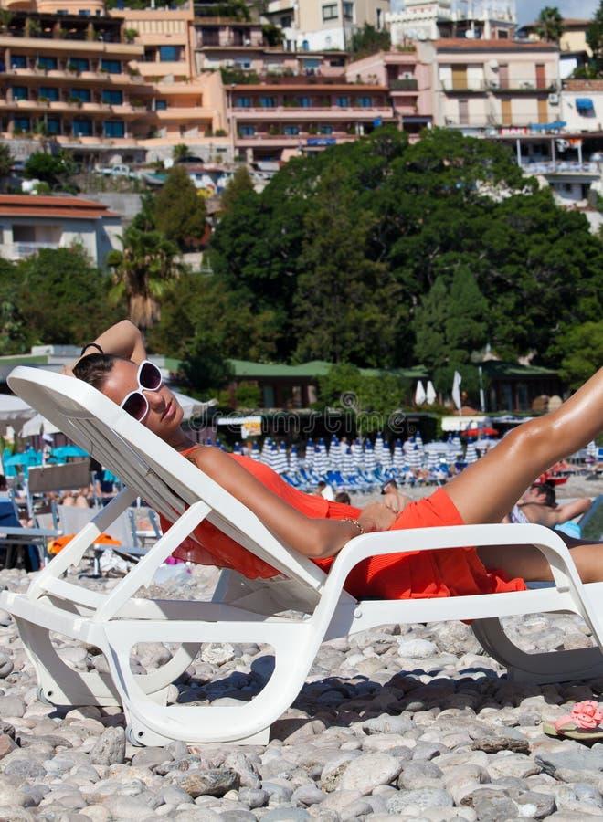 Nahaufnahme einer jungen Frau, die am Strand sich entspannt lizenzfreie stockbilder