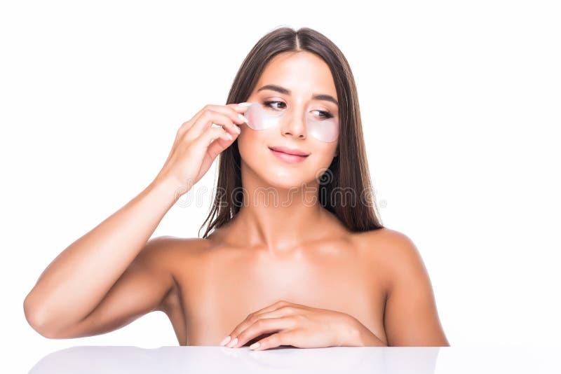 Nahaufnahme einer jungen Frau mit Flecken unter Augen von den Falten und den Augenringen lokalisiert auf weißem Hintergrund lizenzfreie stockfotografie