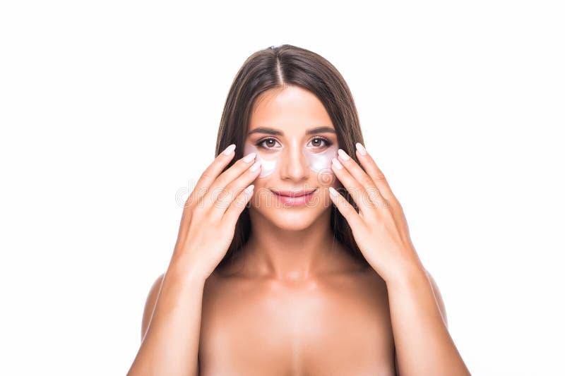 Nahaufnahme einer jungen Frau mit Flecken unter Augen von den Falten und den Augenringen lokalisiert auf weißem Hintergrund stockbild