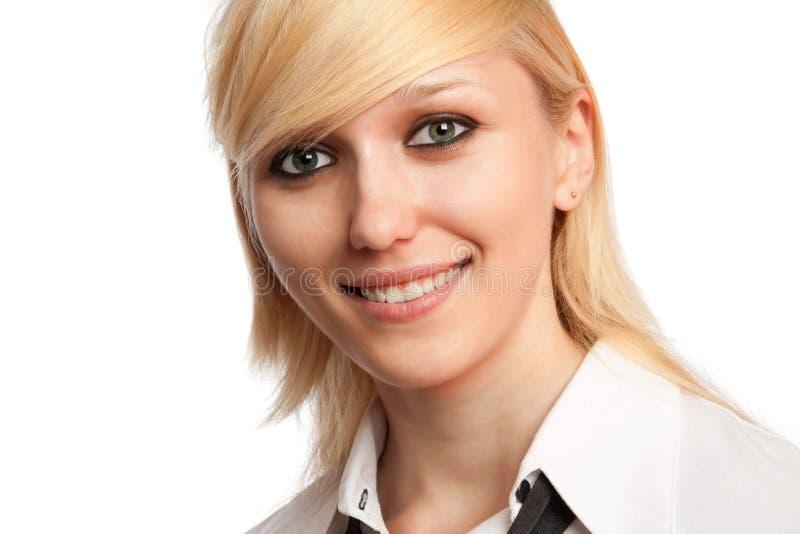 Nahaufnahme einer jungen lächelnden Frau lizenzfreie stockfotografie