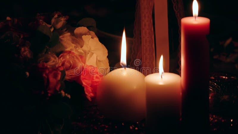 Nahaufnahme einer Kerze Besonders gut für Badekurort Schwarzer Hintergrund stockfoto
