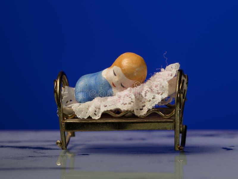 Nahaufnahme einer kleinen Figürchens eines Kindes, das im Bett schläft lizenzfreie stockbilder