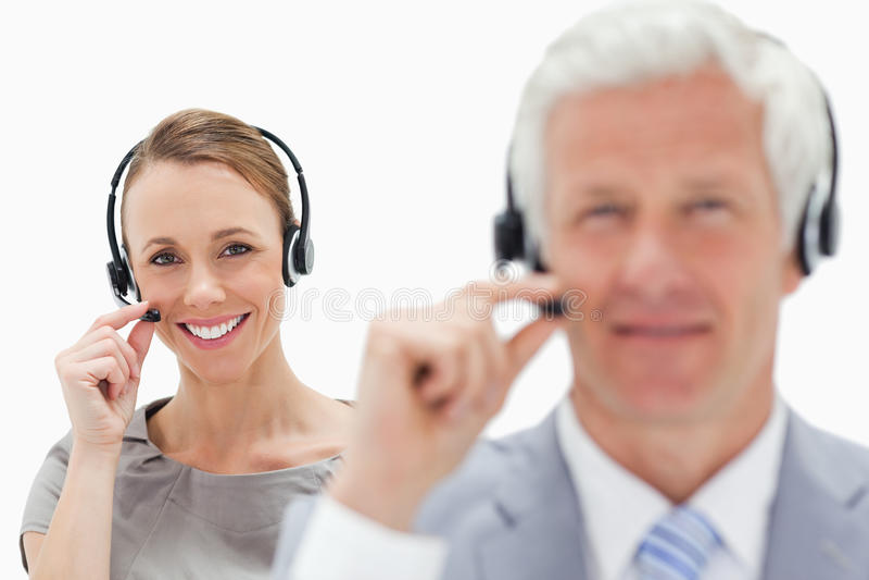 Nahaufnahme einer lächelnden Frau, die im Hintergrund mit einem weißen h spricht lizenzfreies stockfoto