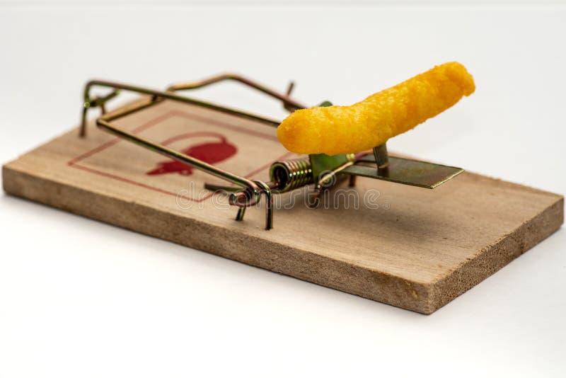 Nahaufnahme einer Mausefalle manipuliert mit einem gelben Käsegekritzel stockfoto