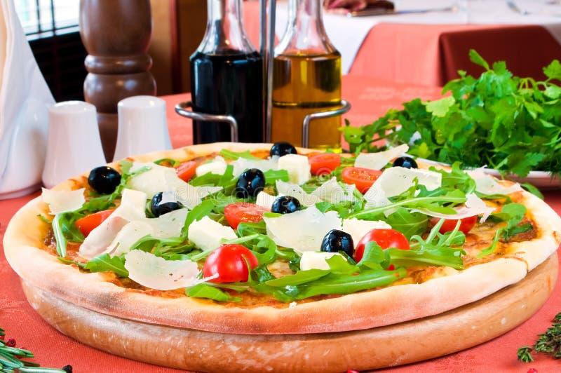 Nahaufnahme einer Pizza mit prosciutto stockfotos