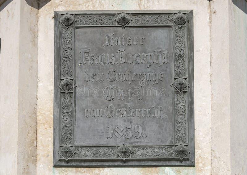 Nahaufnahme einer Plakette, Statue des Erzherzogs Charles auf dem Heldensplatz in Wien, Österreich lizenzfreies stockbild