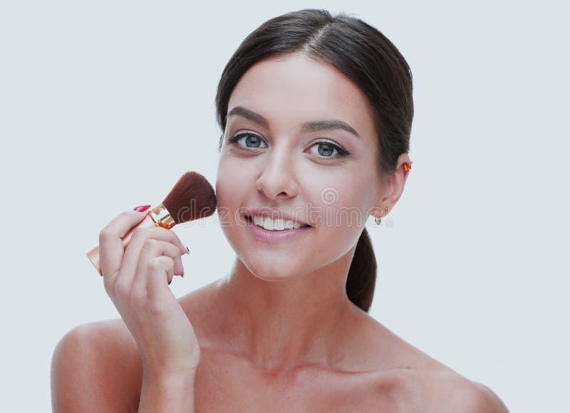 Nahaufnahme einer Schönheit mit einer Make-upbürste lizenzfreie stockbilder