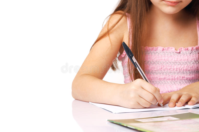 Nahaufnahme einer Schreibens-Hand des kleinen Mädchens. stockbild