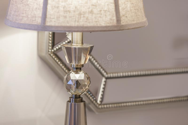 Nahaufnahme einer Tischlampe in einem Wohnzimmer stockfoto